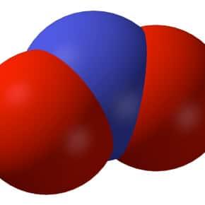 Dioxyde d'azote (NO2), fait partie de la famille des Oxydes d'azote